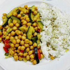 Today I ate this delicious #vegan dish. The recipe is from @baroasissanfer. #cheakpeas with #zucchini #peppers #garlic and #curry. I added some #rice. Really good and super easy! #vegansofig #veganfoodshare #glutenfreevegan by supermallano