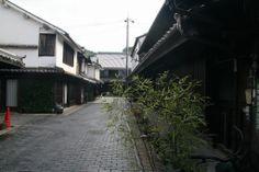 平安時代に京都・下鴨神社の荘園として栄えた歴史から「安芸の小京都」と呼ばれた竹原。江戸時代、入浜式塩田により盛んになった製塩業とそれにともなう廻船業で経済的な発展を遂げた人たちによって、重厚感のある町並みが形成されました。これらは、昭和57年に国の重要伝統的建造物群保存地区にも選定されています。 町並みの中心部である本町通りの突き当たりに位置する胡堂は、大林宣彦監督の映画「時をかける少女」でおなじみのスポットです。 また、本町通りから石段を上ったところにある「お抱え地蔵」は、願い事を胸に祈りながら抱え、想像したより軽ければ願いが叶うといわれています。  http://www.takeharakankou.jp/ #Hiroshima_Japan #Setouchi