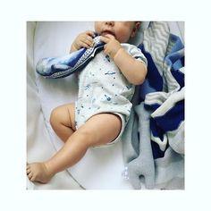 Momentan hat Noah alles zum fressen gern. Selbst Namensvetter Walfisch Noah von @gretasschwester  #Babyboy #toys #wale #babystuff #baby #kleinefabriek #jumper #blue #kidsinterior