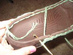 DIY: Old crocs into crochet boots - CROCHET.I don't like crocs, but sounds like a fun idea to try :) Crochet Crafts, Crochet Projects, Free Crochet, Knit Crochet, Crochet Boots Pattern, Crochet Slippers, Knitting Patterns, Crochet Patterns, Crochet Fashion