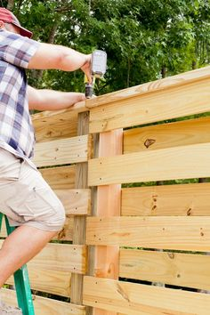 DIY Horizontal Slat Fence and Backyard Makeover. Create a stunning backdrop for your yard with these DIY privacy fence panels. Pallet Fence, Diy Fence, Fence Landscaping, Backyard Fences, Fence Gate, Backyard Privacy, Fence Ideas, Modern Landscaping, Pallet Planters