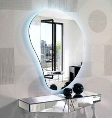 Speil med ledlys, modell DRÅPE l. Cool Mirrors, Mirror Art, Sand Glass, Tv Wall Decor, Tv Unit Design, Glass Vanity, Lumiere Led, Beautiful Interior Design, Venetian Mirrors