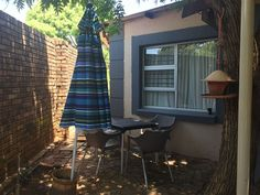 Dragonfly's Nest - Separate Building with own Entrance and remote gate. Within walking distance of Schoemansville Resort and in the heart of the amazing activities and venues in Harties!It has a queen size bed in an air-conditioned .