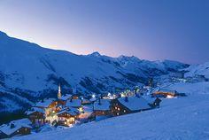 Het wintersportdorp Les Menuires is gebouwd in de vorm van een hoefijzer en bestaat uit verschillende wijken die liggen tussen de 1800 en 2000 meter. Deze ruim opgezette wijken zijn met elkaar verbonden via meerdere pistes en liften. Bovendien rijdt er een gratis skibus tussen de verschillende wijken.