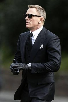 Daniel Craig in Tom Ford Three-Piece Suit and Sunglasses. You cant help but feel like he's the REAL James Bond right? Terno James Bond, James Bond Suit, Bond Suits, James Bond Style, Daniel Craig Spectre, Daniel Craig James Bond, Outfits Casual, Mode Outfits, Casual Attire