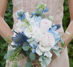 Bouquet bleu et blanc / White & blue wedding / La Petite Fabrique à événements