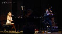 Bonita foto de Maria Toledo interpretando al piano con la mirada perdida hacía el techo del Teatro Reina Victoria acompañada de David de Mor...