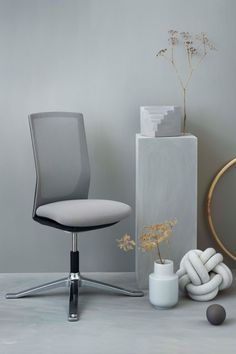 The HÅG Futu combines compact looks with high-precision engineering. Minimal Office chair for your home office. The chair is ideal if you lack space, yet require an effective task chair. Create a stunning home office space with the HÅG Futu office chair from Flokk. Nordic design small office space inspiration. Click to discover more! #flokk #Inspiregreatwork #officeinspo #officedesign #homeoffice #greydecor #officedesignideas #workspacegoals #scandinavianoffice #scandinavianliving…