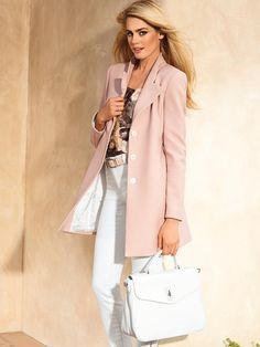 Die Longjacke in schmaler Linie: eine Damenjacke mit eleganter Stilaussage. Soft strukturierte Sommerqualität in anspruchsvoller Nuance gibt der Sommerjacke Eleganz.