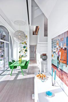 Küche mit grasgrüner Essecke und Deckenleuchte: Die Lmpe ist ein Einzelstück von Tim Fishlock, Tisch von Council Design, Stühle von Knoll mit Bezügen von Gishlaein Vinas
