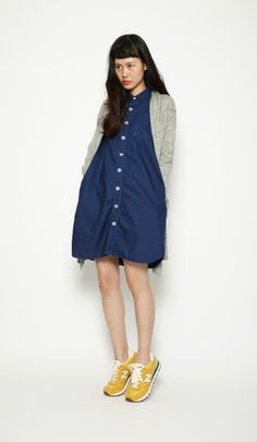 A work-style dress worn in a simple fashion with an accent on the feet.Collaboration cardigan¥6,615 / No395461Oxford parachute long shir...