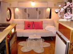 Great collection of Camper Trailer decoration ideas. Great for restoring a vintage trailer or to update a camper. Have fun decorating your home on wheels. Vintage Travel Decor, Vintage Rv, Vintage Airstream, Vintage Travel Trailers, Vintage Campers, Retro Campers, Vintage Caravans, Rv Campers, Vintage Motorhome