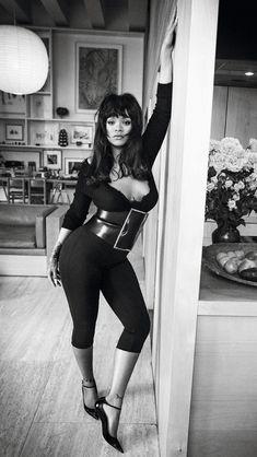 In Bed With Rihanna Publication: Vogue Paris December 2017 / January 2018 Model: Rihanna Photographer: Inez van Lamsweerde and Vinoodh Matadin Fashion Editor: Mel Ottenberg Hair: Yusef Williams Make Up: Stephane Marais Rihanna Vogue, Mode Rihanna, Rihanna Riri, Rihanna Style, Vogue Paris, Rihanna Outfits, Brigitte Bardot, Rihanna Cover, Fashion Photo