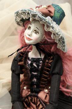 Prekrásna autorská bábika, prepracovaná do najmenšieho detailu. Klobúk dolu! Autorka: aRenk. Bábika, bábka, bába, dáma, retro, hand made, diy. Artmama.sk