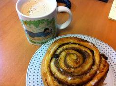 Petzi frühstücke eine Nussschnecke, dazu Kaffee mit Sojamilch.