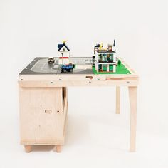 Ne-am întrebat de multe ori de ce copiii noștri  confundă iluzia  unui trenuleț pierdut în persepctivă cu un tren adevărat care se pierde în zare?!  Răspunsul l-am aflat chiar la masa care  transformă visele în realitate. Masa de joacă Transformo. Office Desk, Corner Desk, Studios, Design Industrial, Mai, Furniture, Home Decor, Atelier, Corner Table