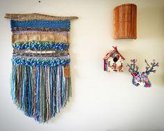 Un favorito personal de mi tienda Etsy https://www.etsy.com/es/listing/294715215/woven-wall-hanging #weaving #wovenwallhanging #telar #telaresyflecos