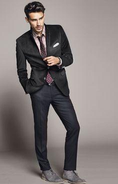 Look de moda: Traje Negro, Camisa de Vestir de Tartán Rosada, Botas Safari de Ante Grises, Corbata a Lunares Burdeos | Moda para Hombres