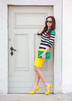 Pencil skirt of lace in fashion color combined with a yellow Ringeltop in dark blue and green, this DIY clutch and patent pumps