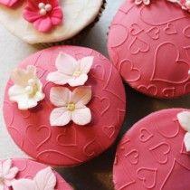 Cup cakes med hjerter og blomster til en festlig lejlighed