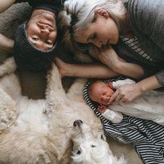Idee/Inspiration für ein Familienfotoshooting: von oben beim Kuscheln. Fotoshooting - Familie - Familienfoto - Liebe - Familienfotografie - Shooting - natürlich - authentisch - drinnen - Zuhause - indoor - Bett vanessasblickwinkel.de