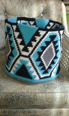 Only a picture, no pattern Tapestry Crochet Patterns, Crochet Stitches, Knitting Patterns, Free Crochet, Knit Crochet, Mochila Crochet, Crochet Purses, Crochet Bags, Tapestry Bag