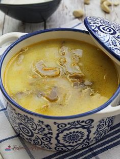 Cum vopsim ouale rosii in mod natural - Lecturi si Arome Soup Recipes, Vegetarian Recipes, Cooking Recipes, Healthy Recipes, Healthy Bedtime Snacks, Romanian Food, Vegan Burgers, Mushroom Recipes, Vegan Dishes