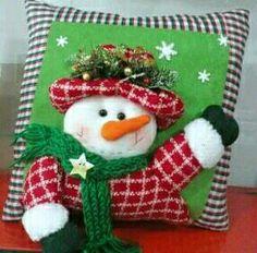 Haz tus cojines para navidad, fácil y económico! – Mi Mundo De Moda – Costura Corte y Confeccion Christmas Cushions, Christmas Pillow, Christmas Snowman, Christmas Stockings, Christmas Crafts, Christmas Ornaments, Felt Christmas Decorations, Holiday Decor, Diy Gifts Just Because