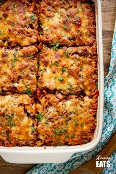 Mouthwatering Syn Free Bolognese Pasta Bake - rich bolognese meat sauce coated pasta topped with delicious cheesy goodness. Healthy Pasta Recipes, Meat Recipes, Whole Food Recipes, Dinner Recipes, Cooking Recipes, Savoury Recipes, Healthy Food, Slimming World Pasta, Noodles