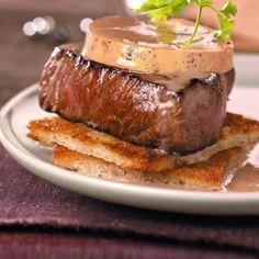 TOURNEDOS ROSSINI A LA TRUFFE (6 tournedos de 130 g chacun, 300 g de foie gras de canard mi-cuit, 6 tranches de pain de mie, 20 g de pelures de truffe (en boîte), 4 c à s de madère, 80 g de beurre, sel poivre)