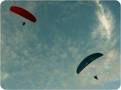 Paragliders em Torres (RS), Brasil.