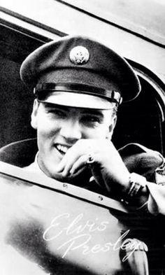 Elvis sonriente en su servicio militar