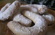 Staré dobré recepty nikdy netřeba zahodit. Vynikající oříškové rohlíčky, které nesmí chybět na vánočním stole. Obalené v moučkovém cukru.