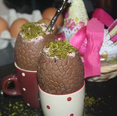 Oeufs au chocolat fourrés de mousse aux framboises pistaches