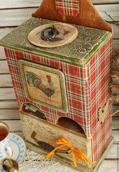 Купить или заказать большой чайный домик КАНТРИ в интернет-магазине на Ярмарке Мастеров. большой чайный домик КАНТРИ на два сорта чая с выдвижным ящиком для сладостей или третьего сорта чая. Домик очень большой и красивый, выполнен из натурального дерева, толщина 8мм, яркий красивый и необычный. Очень актуален для классических кухонь и загородных домов. Петушок - символ 2017 года. Сверху открывается крышка, украшенная рельефом. Для удобства оснащен литыми винтажными ручками.…
