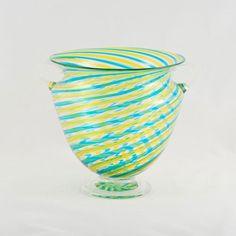 Un <strong>vaso in filigrana leggera</strong>, realizzato con canne di vetro colorato utilizzando una tecnica di lavorazione del vetro tradizionale di <strong>Murano</strong>. Realizzato interamente a mano dal <strong>maestro Bruno Fornasier</strong> verso la fine degli anni '90, è un prezioso oggetto d'arte <strong>unico, irripetibile e reperibile solo su Lovli</strong>.  Questo vaso fa parte della pregiata collezione dei <strong>Fratelli Toso</strong>, una delle più antiche e tradizionali…