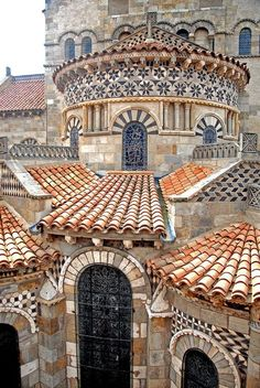 Basilica of Notre-Dame du Port. A Romanesque basilica, formerly a collegiate church, in the Port quarter of Clermont-Ferrand, between Place Delille and the cathedral. Architecture Romane, Architecture Cool, Romanesque Architecture, Ancient Architecture, Romanesque Art, Byzantine Architecture, Beautiful Buildings, Beautiful Places, Clermont Ferrand