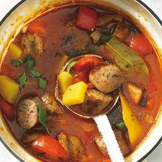 Wurst-Gulaschsuppe mit Paprika  Diese Variante der Gulaschsuppe ist vor allem bei Kindern ein Hit: Statt mit Fleischwürfeln wird sie mit dicken Bratwurstscheiben gemacht.