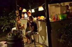 Bert aan het kokkerellen en een aantal gasten babbelend met een drankje aan de bar! #gewoongezellig
