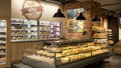 """Einige Schritte weiter steht die Käsetheke """"Chäs Hüsli"""". Ihre Aufmachung soll an eine traditionelle Käserei erinnern. Abgepackte Portionen liegen in der SB-Kühltheke. Auf Wunsch können auch spezielle Wunschprodukte oder ganze Laibe bestellt und gekauft werden."""