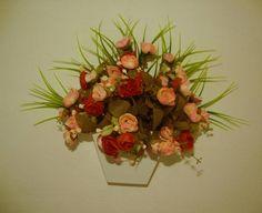 Vaso de parede em MDF branco, flores em dois tons de cores,musgos, folhagens. ótimo para alegrar sua varanda, lavabo quartos........... R$ 65,99