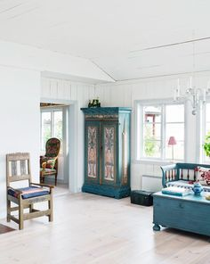 The good old Hälsinge cabinet consumes a lot of dishes and things. Kitchen sofa and chests are heirlooms from Ingrid's father. Dream house in the Stockholm archipelago is a mixture of Bullerbyn and Saltkråkan. – Hus & Hem