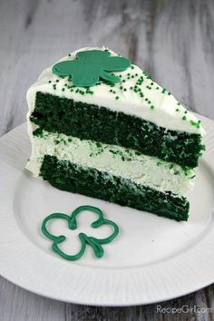 Green Velvet Cheesecake Cake from Lori . And its NOT mint flavored, so yay! Although I like mint sometimes, just nice to have a non-mint St. patricks day treats from leprechaun Green Velvet Cheesecake Cake Just Desserts, Delicious Desserts, Dessert Recipes, Yummy Food, Irish Desserts, Green Desserts, Cupcakes, Cupcake Cakes, Green Velvet Cake