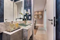 Cuba de vidro: 70 ideias para impressionar com a beleza da transparência – Tua Casa Double Vanity, Bathroom, Toilet Decoration, Small Shower Room, Coloured Glass, Red Glass, Round Glass, Bathroom Styling, Bathroom Sinks