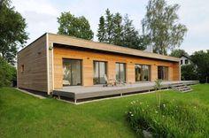 Moderner Bungalow - Baufritz. Mit einer großzügigen Sonnenterrasse und der modernen Holzfassade präsentiert sich derModerne FlachdachBungalow von Baufritz. Durch das schlichte Design