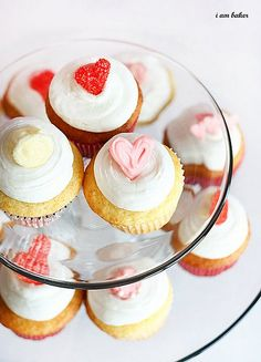 http://cupcakestakethecake.blogspot.com/2012/01/valentines-day-cupcakes-with-edible.html