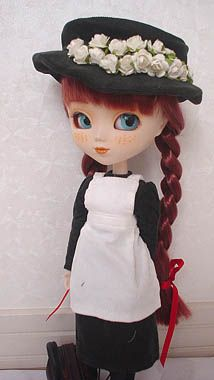 Pullip Anne Shirley Anne of Green Gables April 2004. Also known as Redhead Ann. Like Anne Shirley, I want to dream away that I like surrounding beautiful nature... Feel like so. Pullip type 2 body. Wig glue red hair in braids with bangs and tie a red ribbons at the ends. She has an adorable freckles on her face underneath her blue eyes and wears a dark forest green corduroy hat decorated with flower,  jumper with a white pinafore apron, white bloomers, black lace up boots and brown leather bag.