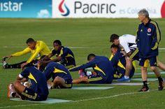 Las selecciones de Ecuador y Colombia se ven las caras este domingo en el estadio Atahualpa de Quito, en un duelo clave por la posición de ambos en la tabla. Los dos equipos buscan la victoria soportados por sus decisivas columnas vertebrales.
