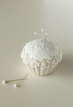 100均グッズの簡単カルトナージュ~ハギレでできるカップケーキピンクッション もっと見る
