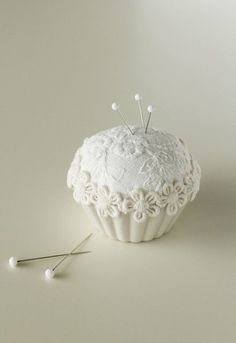 100均グッズの簡単カルトナージュ~ハギレでできるカップケーキピンクッション
